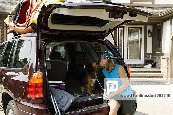 Frau Geländewagen Hund hoch oben Kajak Rückansicht