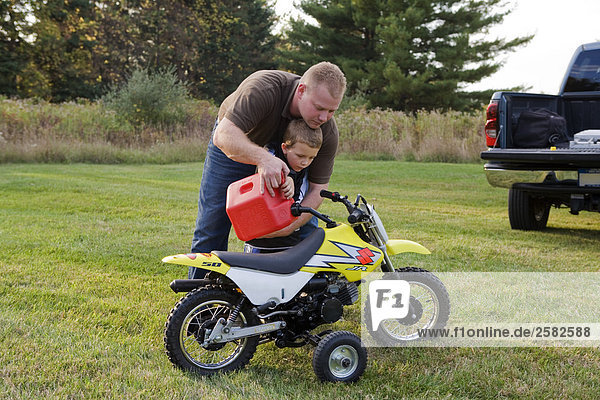 Vater und Sohn Motorrad Gas Inbetriebnahme