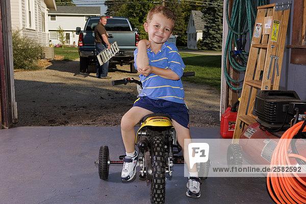 Boy auf Motorrad in garage