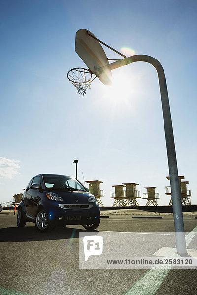 Cost geparkt auf Basketballplatz am Strand