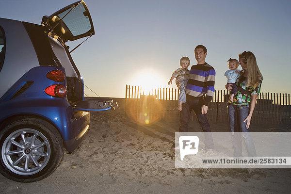Junge Familie und Cost am Strand