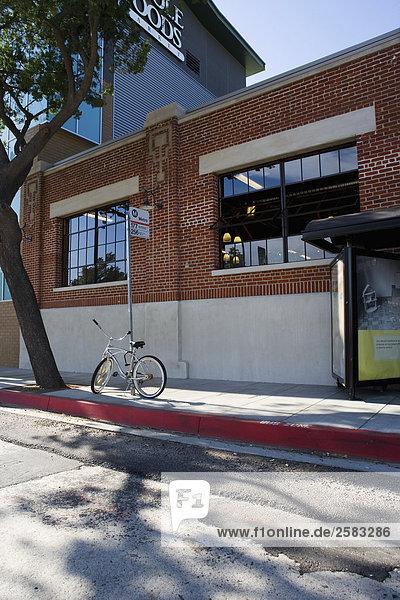 Fahrrad geparkt auf Bürgersteig