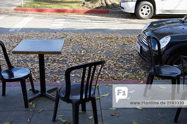Mini Cooper geparkt außerhalb des café