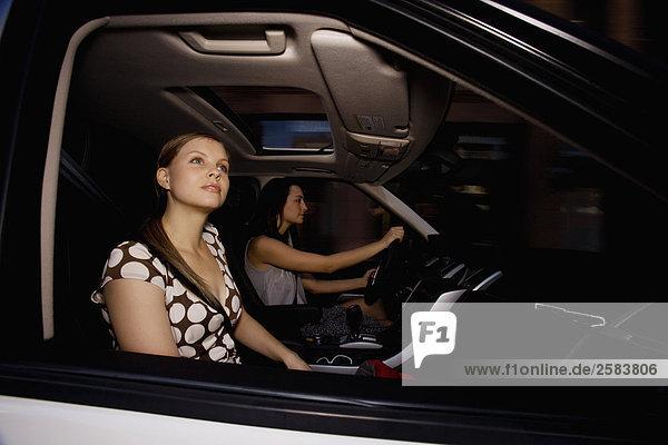 Zwei junge Frauen driving weiß Range Rover Sport
