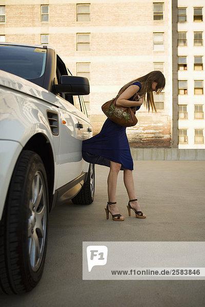 junge Frau junge Frauen Sport fangen Tür weiß Land Rover Kleid