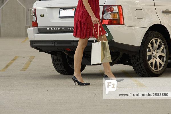 junge Frau junge Frauen Sport gehen weiß Land Rover