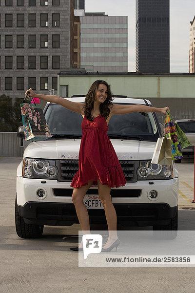 stehend junge Frau junge Frauen Sport weiß frontal Land Rover