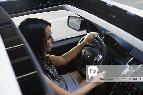 Draufsicht jungen Frau driving Range Rover