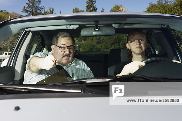Fahrlehrer stören mit Teen unter Fahrprüfung