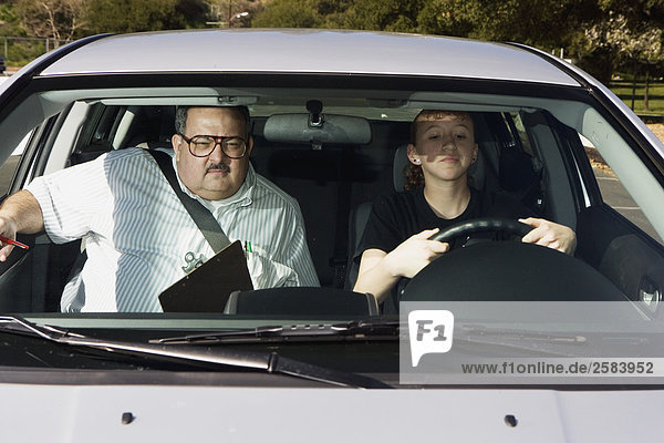 Fahrlehrer in Auto mit Teen unter Fahrprüfung