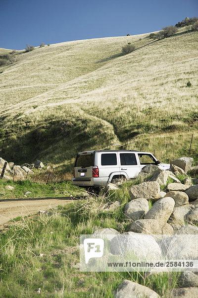 2008 Jeep Commander fahren vorbei Felsengruppe auf ländliche Straße