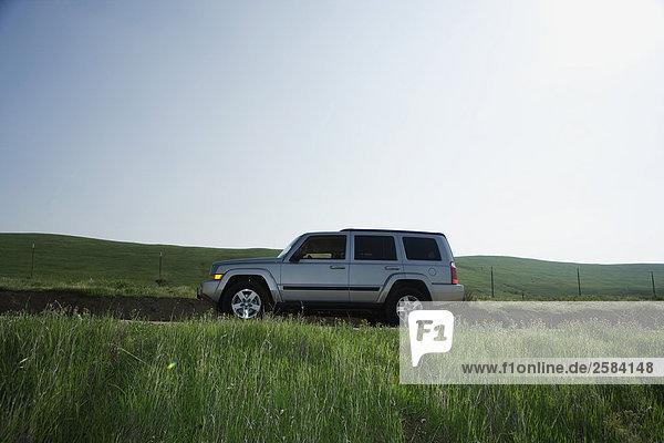 2008 Jeep Commander auf ländliche Straße