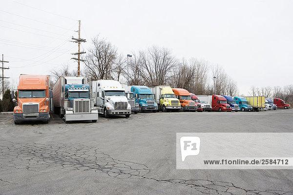 Zeile der LKW geparkt auf truckstop