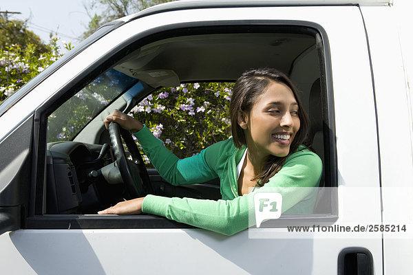 junge Frau junge Frauen fahren Bewegung Lastkraftwagen