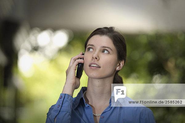 junge Geschäftsfrau auf Handy