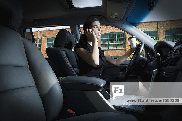 Junge Frau Gespräch auf Handy während der Fahrt