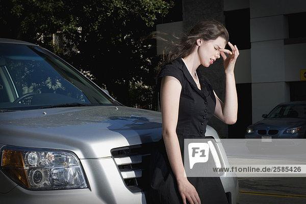 Junge Frau mit Kopfschmerzen von vorne Honda Pilot