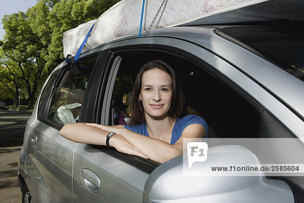 junge Frau junge Frauen Hochschule Chevrolet verlassen