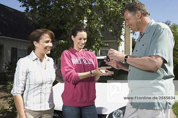 geben Menschliche Eltern Schlüssel Tochter VW