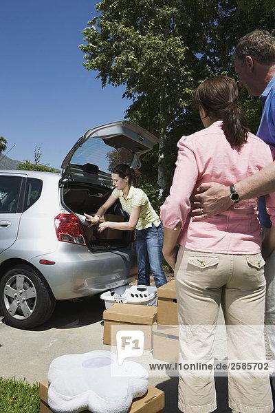 sehen Auto Menschliche Eltern binden Tochter Hochschule