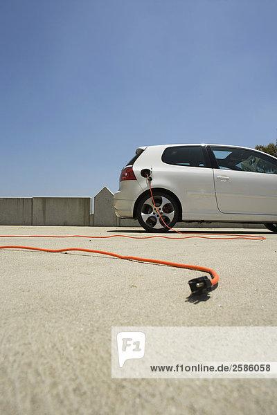 VW GTI mit Elektro-Netzkabel