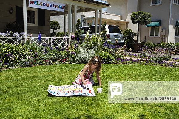 Wohnhaus grüßen Zeichen streichen streicht streichend anstreichen anstreichend jung Mädchen Signal