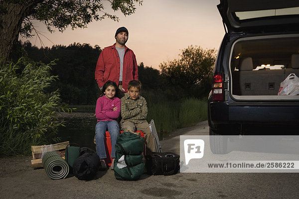 Familie von Jeep mit Campingausrüstung