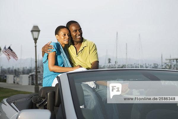 Paar in Cabrio Auto in marina