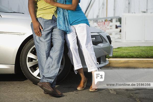Paar umarmt von BMW in marina