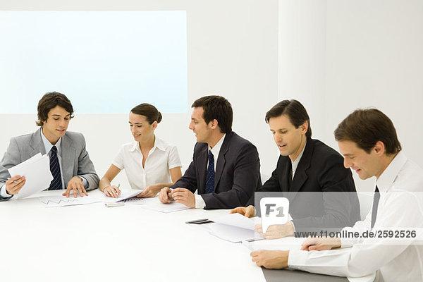 Geschäftsleute in Besprechungen,  Prüfung von Dokumenten