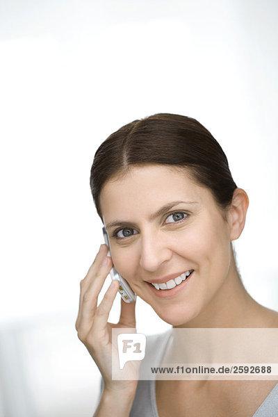Frau mit Handy  lächelnd  Portrait