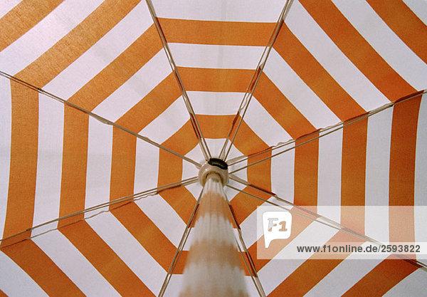 Flachwinkelansicht eines Sonnenschirms  Nahaufnahme Flachwinkelansicht eines Sonnenschirms, Nahaufnahme