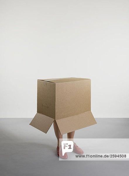 Eine Person  die in einer Kiste steht.