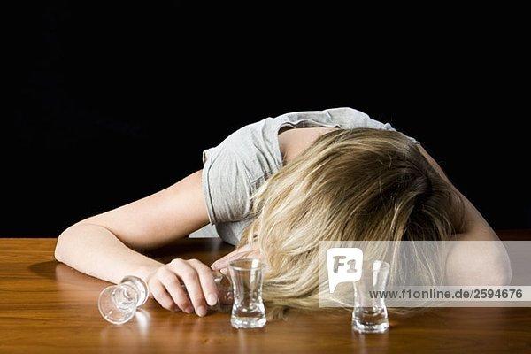 Eine junge Frau wurde betrunken an einer Theke ohnmächtig.