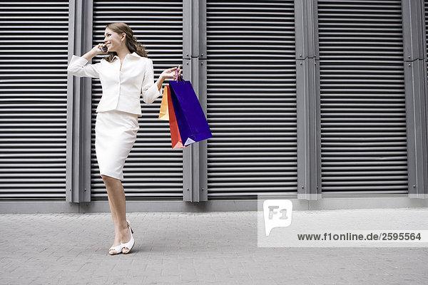 Junge Frau hält Einkaufstaschen