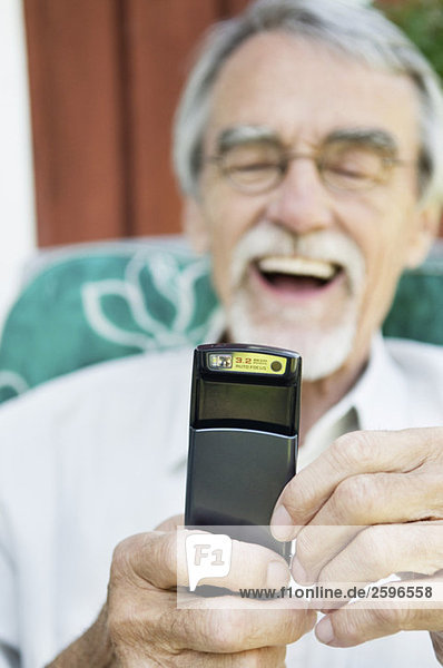 Mann lacht über SMS