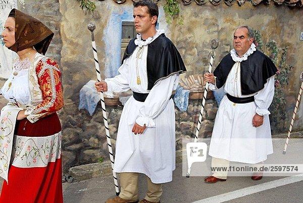 Umzug in das Dorf Fonni. Provinz Nuoro Sardinien  Italien