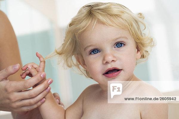 Baby (12-24 Monate) blond  blauäugig  hält Hand  nur Baby Portrait