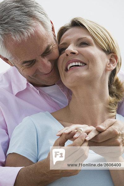 Seniorenpaar umarmt sich  lächelt  Mann steckt Frau Ring an Finger