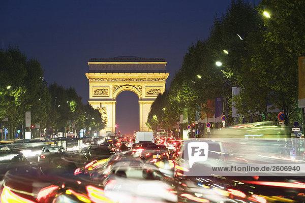 Avenue des Champs-Élysées mit Arc de Triomphe  am Abend  Paris  Frankreich