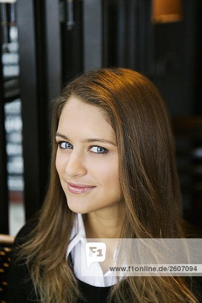 Lächelnde Junge Frau sitzt im Cafe  Porträt  Paris  Frankreich