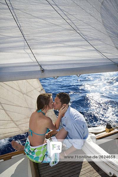 Pärchenküssen auf dem Segelboot