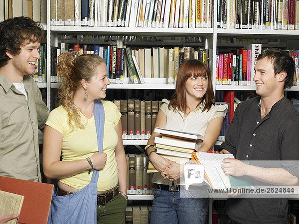 Jugendgruppe in einer Bibliothek