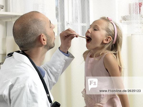 Arzt untersuchendes Mädchen 07jf0159 - Cultura Creative