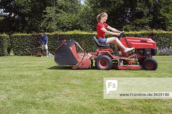 Frauen beim Rasenmähen