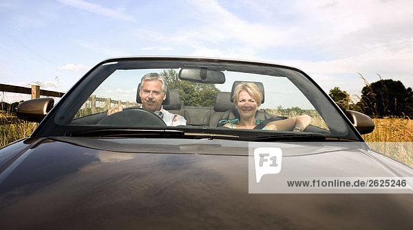 Mittelalterliches Paar im Cabriolet