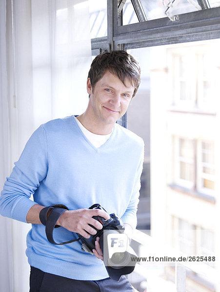 Mann gegen Mann mit Digitalkamera