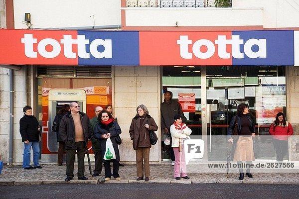 Leute auf der Straße  Portugal