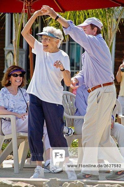 Ein Mann in seiner Severnties und eine Frau in ihrer 80er Jahre tanzen zusammen das outdoor Band Concert in Coronado  CA  USA