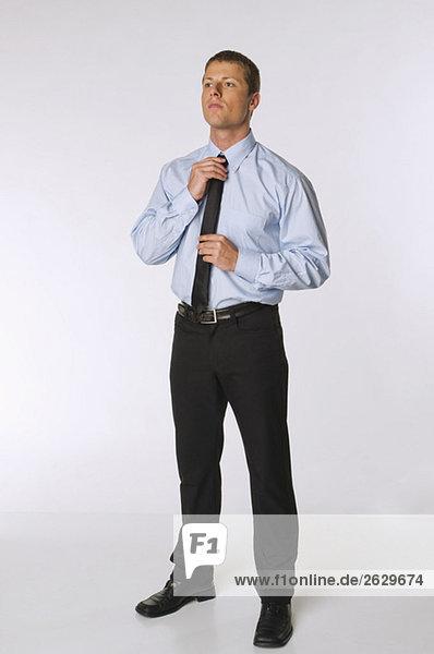 Geschäftsmann beim Anpassen seiner Krawatte